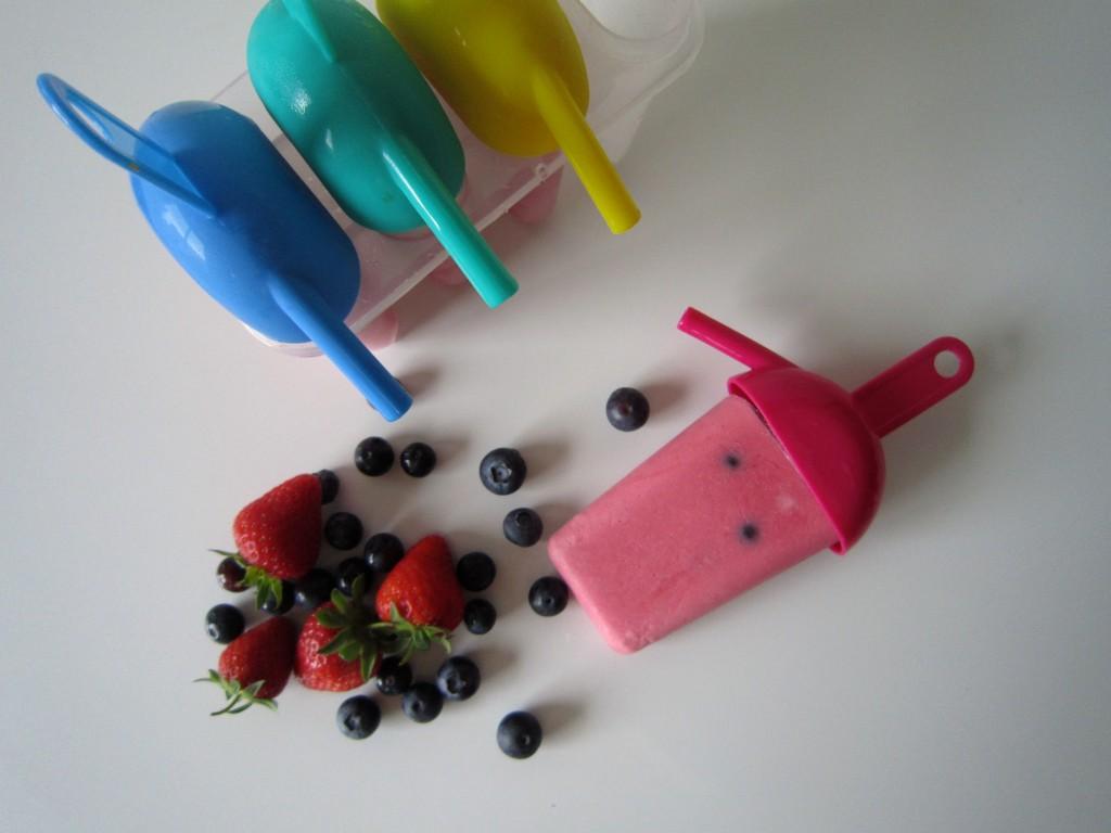 Yoghurt smoothie ice lollie