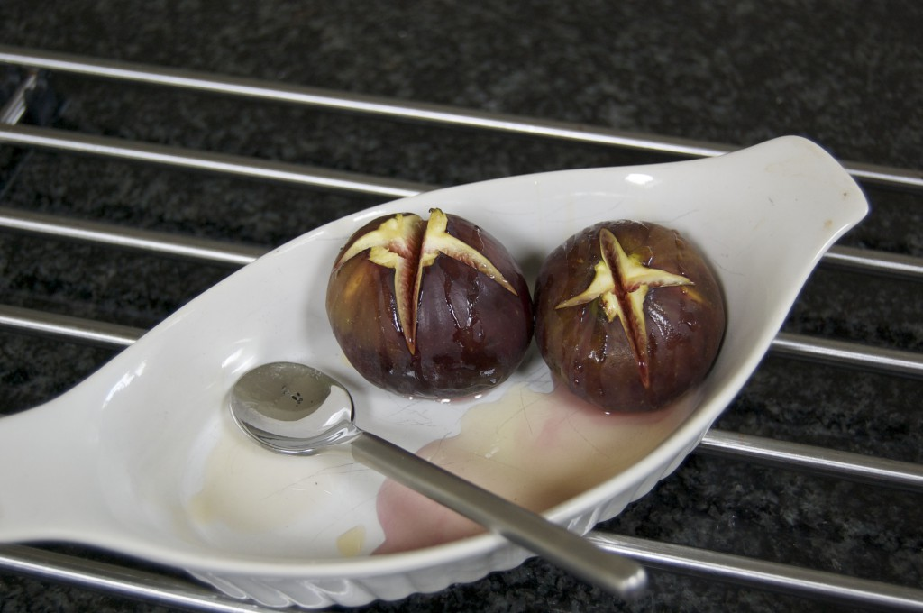 Baked figs with yoghurt